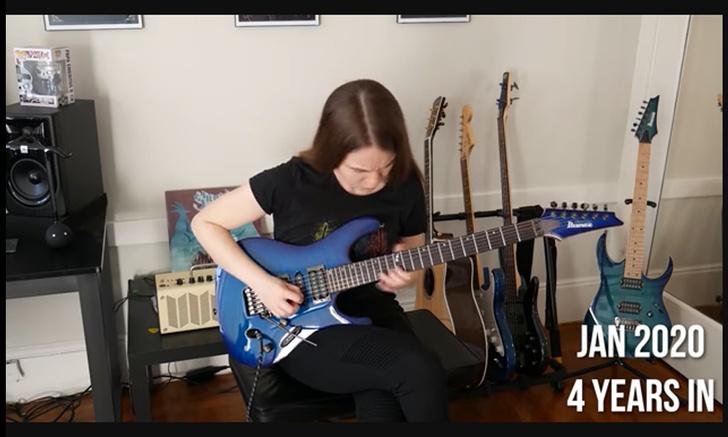 Фото №1 - Девушка училась играть на гитаре и все четыре года снимала прогресс (видео)