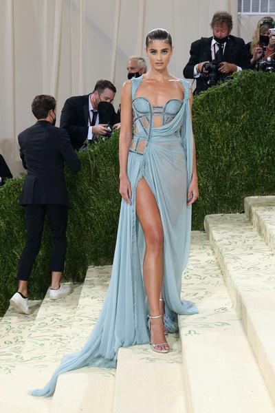 Фото №16 - В стиле сексуальной Одри Хепберн: самые провокационные «голые» платья на Met Gala