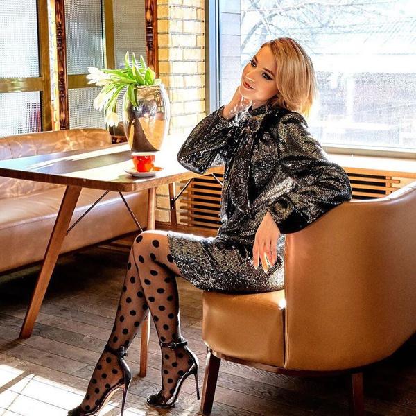 Фото №2 - Наталья Поклонская в сверкающем мини и игривых колготках в горошек доказала, что является самой красивой женщиной-депутатом