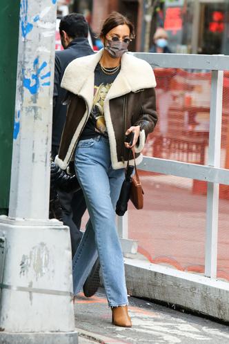 Фото №1 - Футболка с Бритни и самая модная сумка весны: Ирина Шейк в Нью-Йорке