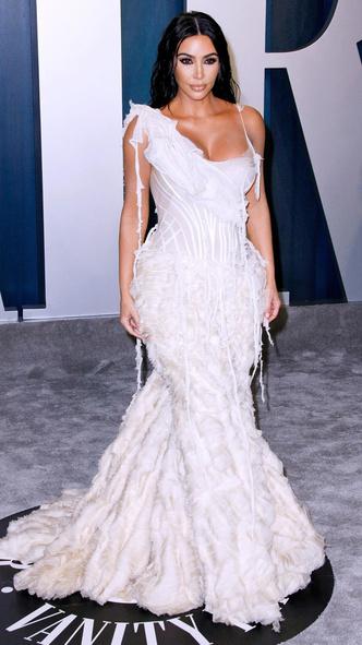 Фото №2 - 10 звезд, которые вышли на красную дорожку в свадебном платье
