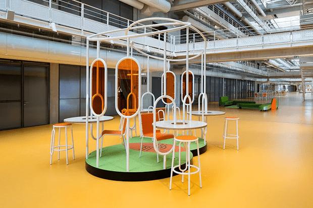 Фото №1 - Яркая мебель Матали Крассе в атриуме по проекту Ренцо Пьяно