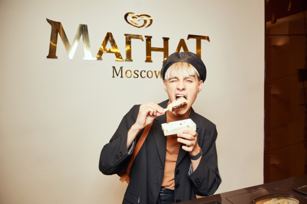 Фото №1 - Настасья Самбурская и Мария Миногарова запустили флешмоб на заключительной вечеринке в «Магнат баре»