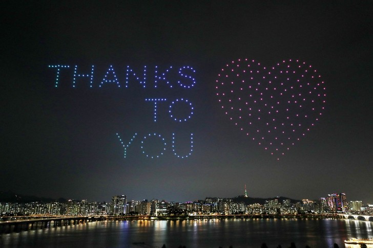 Фото №2 - В Южной Корее устроили гигантское световое шоу из дронов с напоминанием мыть руки и носить маски (видео)