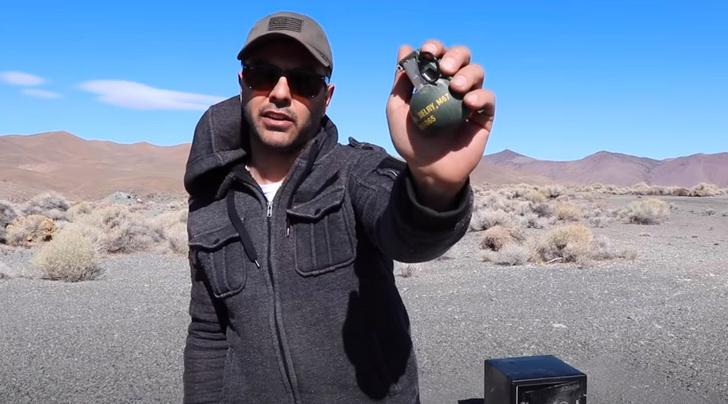Фото №1 - Блогер проверил прочность сейфа, взорвав в нем гранату (видео)