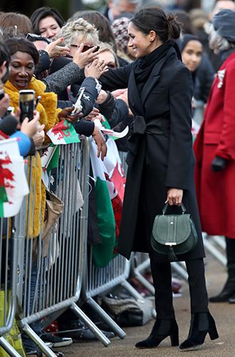 Фото №6 - С подтекстом: почему каждая вещь в наряде Меган Маркл в Уэльсе – это модное заявление будущей герцогини