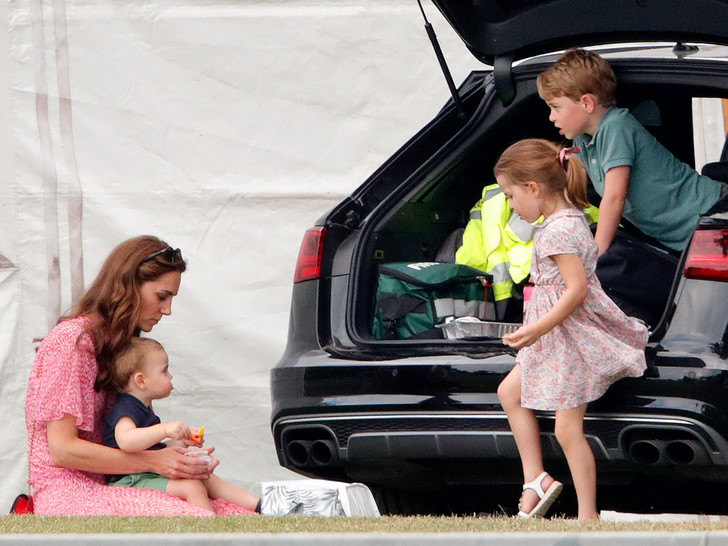 Фото №12 - Мамина дочка: 11 раз, когда Кейт и Шарлотта появлялись в парных образах