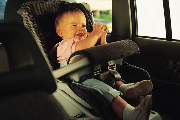 Фото №1 - 3 типичных ситуации «неудобного» поведения ребенка в машине