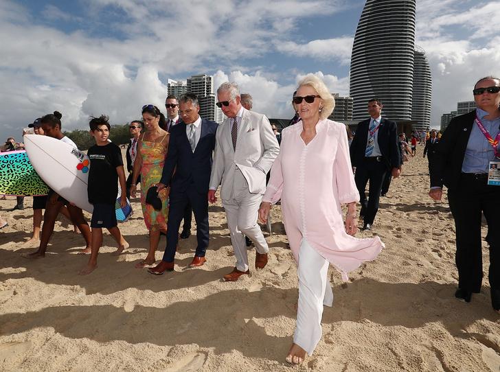 Фото №2 - Простые радости: герцогиня Камилла прогулялась по пляжу босиком