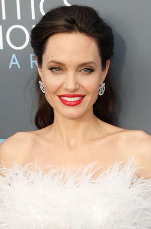 Фото №9 - Бьюти-правила для сияющей кожи от косметолога Анджелины Джоли