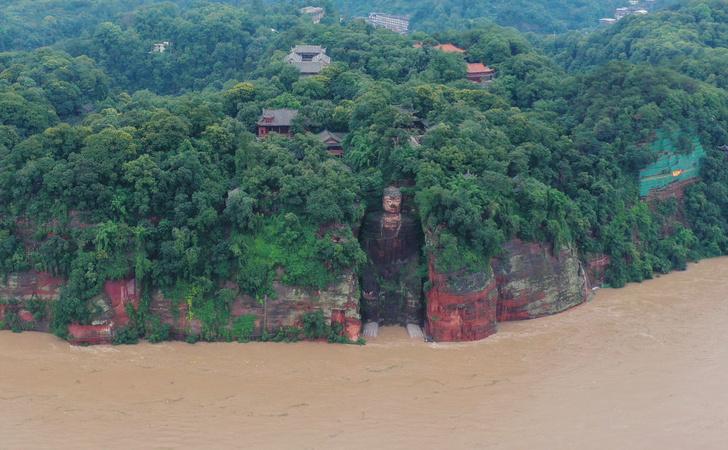 Фото №1 - В Китае затопило подножие знаменитой статуи Будды