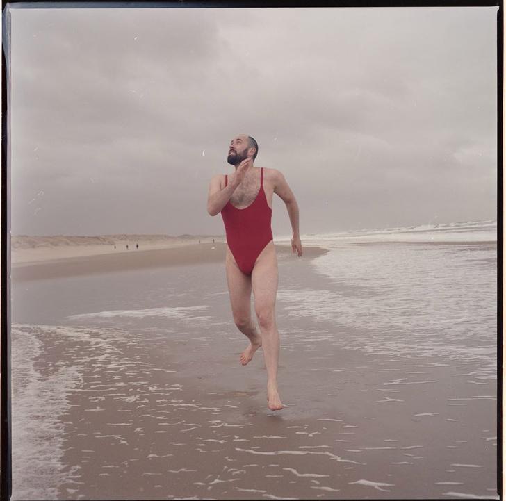 Фото №3 - Магазин по ошибке предложил мужчине стать моделью купальников, и он согласился
