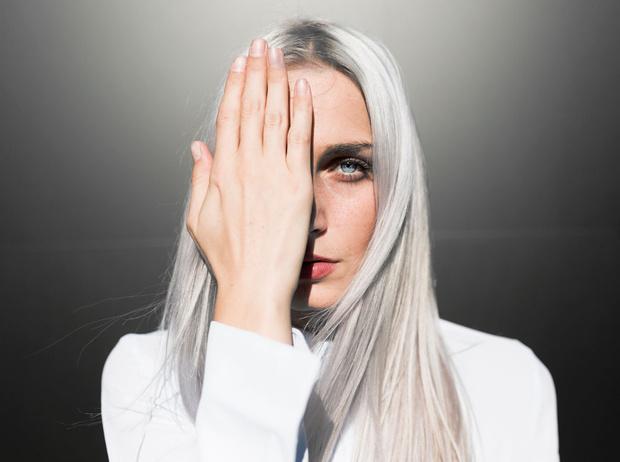 Фото №1 - Почему волосы седеют из-за стресса, и как это предотвратить