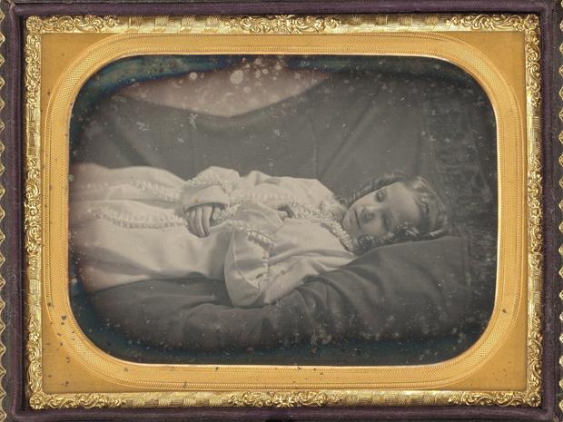 Фото №4 - Самый жуткий обычай прошлого: кто и зачем делал «живые» фото умерших людей