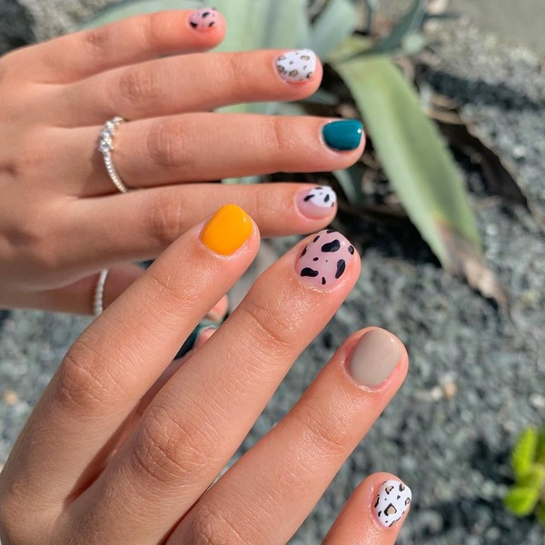 Фото №8 - Абстрактный маникюр: самые необычные дизайны для ногтей любой длины