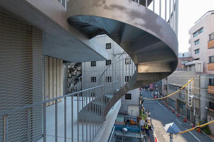 Фото №3 - Отель с лестницами на фасаде в Токио
