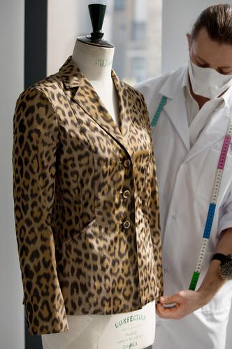 Фото №7 - От сумок до обуви: как выглядят самые модные вещи Dior с леопардовым принтом