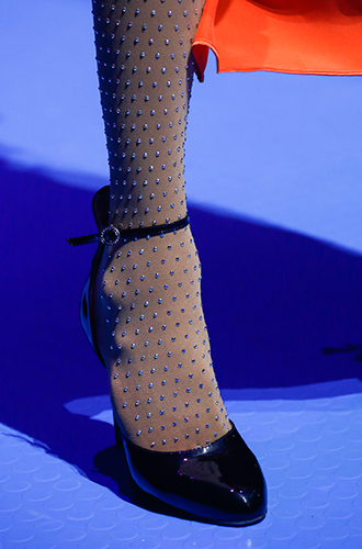 Фото №12 - Стразы, ботфорты и колготки в сеточку: как в моду входит все то, что раньше считалось безвкусицей