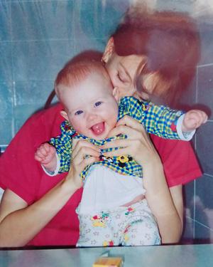 Фото №1 - Правда ли, что дочки становятся копиями своих мам: 15 фото тогда и сейчас