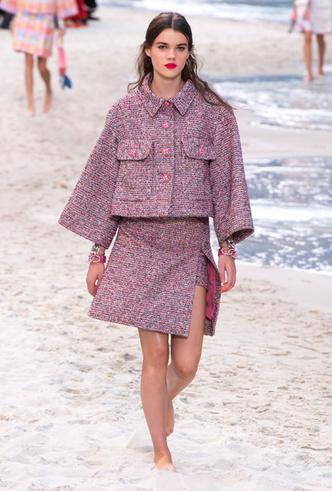 Фото №7 - Босиком по песку: грандиозное шоу Chanel SS 2019 на пляже