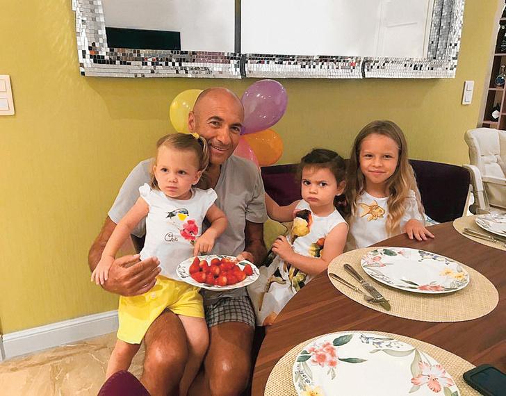С внучками. На руках у деда Маргарита, справа от деда— Деми, крайняя справа Кристина. 2019 год.