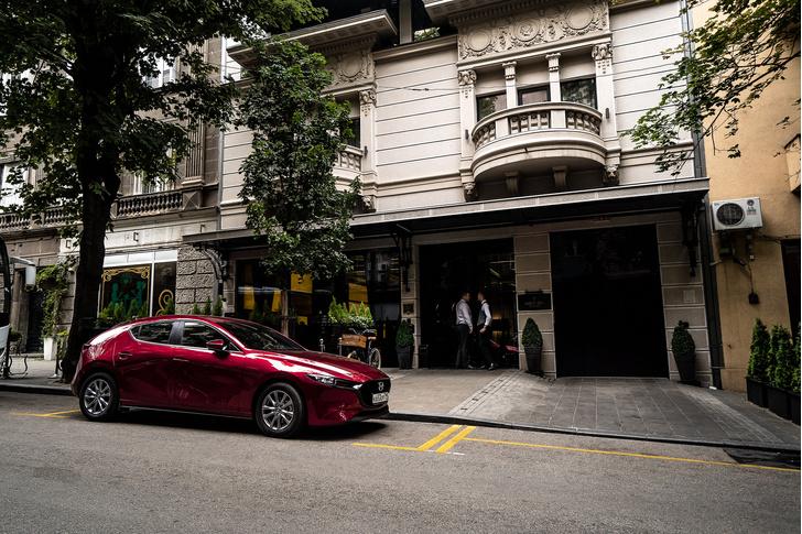 Японская Alfa Romeo? Вполне определенно. Новая «трешка» очень элегантный, стильный и яркий автомобиль. Особенно в красном