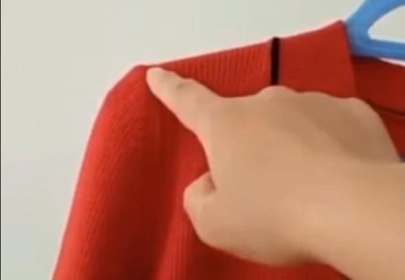 Фото №1 - Как повесить свитер так, чтоб он не растянулся в плечах (видео)