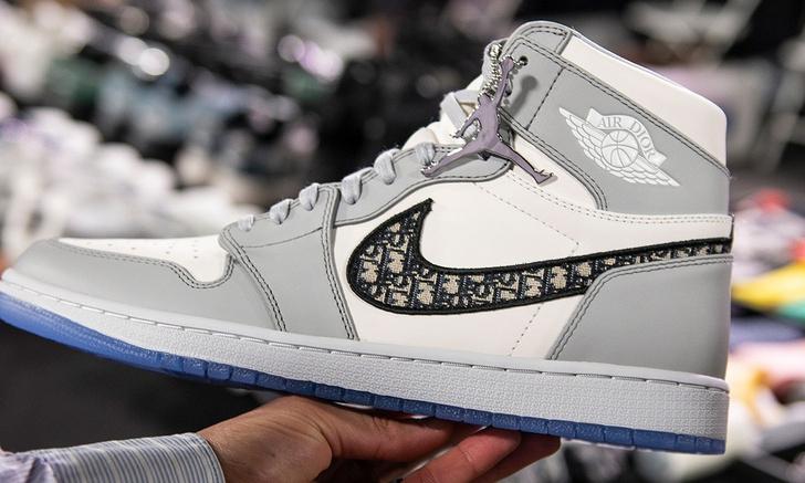 Фото №2 - В Китае подделали кроссовки Dior x Nike Air Jordan по слитой в «Инстаграм» фотографии, приняв водяной знак за часть дизайна (фото и видео)