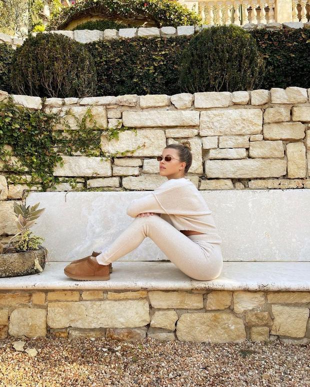 Фото №1 - Трикотажный костюм + короткие ботиночки Ugg: уютный образ Софии Ричи