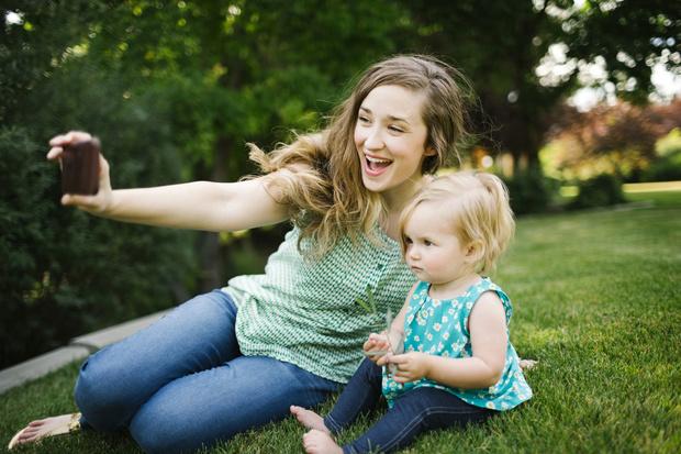 Фото №1 - Мама выщипала годовалому ребенку брови ради гламурных фото