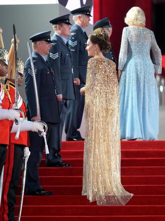 Фото №3 - «Золото» за стиль: новый и по-настоящему королевский выход Кейт (не обошлось без «привета» Меган)