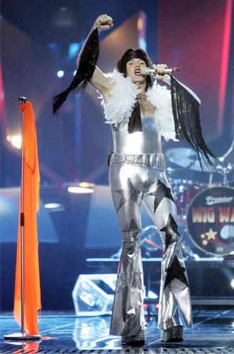 Фото №10 - Самые яркие (и странные) сценические наряды за всю историю Евровидения
