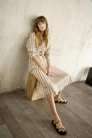 Фото №3 - Стильная путешественница: женственные блузы и легкие платья из новой коллекции Claudie Pierlot