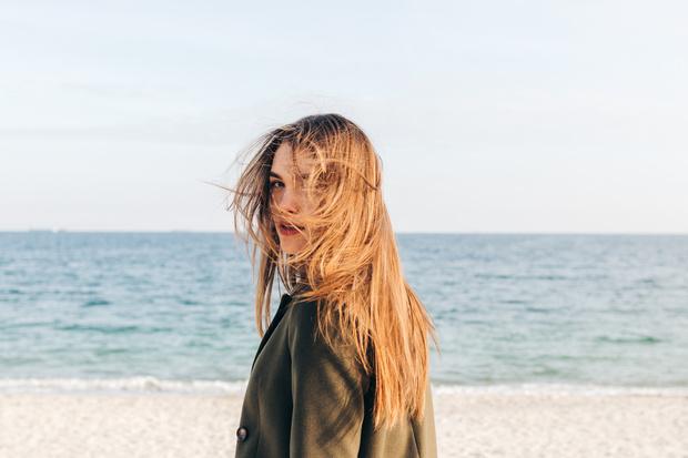 Фото №1 - Как восстановить волосы после солнца и вернуть им блеск