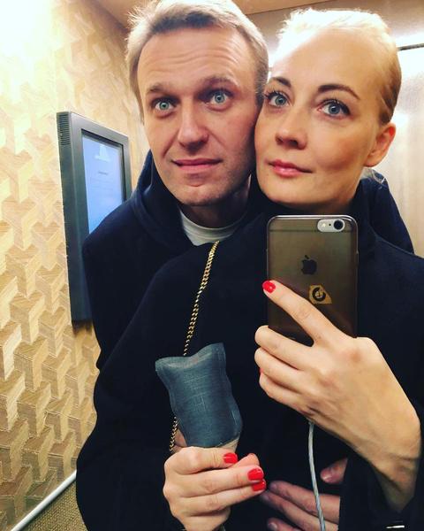 Фото №1 - «Я тебя очень люблю»: Юлия Навальная написала пост в поддержку мужа и пообещала, что они справятся