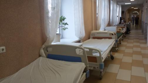 Петербурженку с желудочным кровотечением лечили в коридоре лекарствами за свой счет