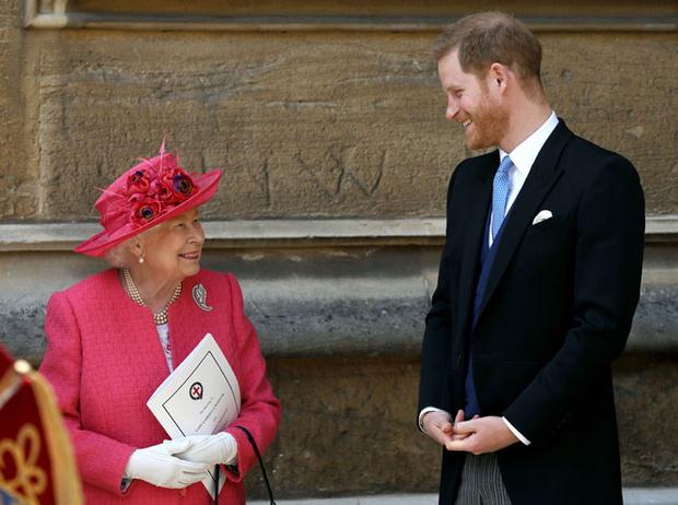 Фото №3 - Как Королева контролирует принца Гарри и герцогиню Меган