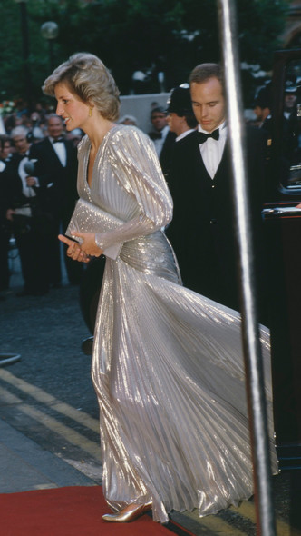 Фото №2 - Кейт была не первой: кто вдохновил герцогиню на самый блестящий выход за всю ее королевскую «карьеру»