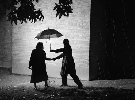 Мужчина и женщина под зонтом