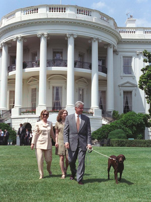 Фото №2 - Смена власти: как в Белом доме прощаются с уходящим президентом и встречают нового