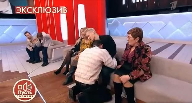 Фото №2 - Страсти накаляются: отец Милохиных упал на колени перед сыном-тиктокером