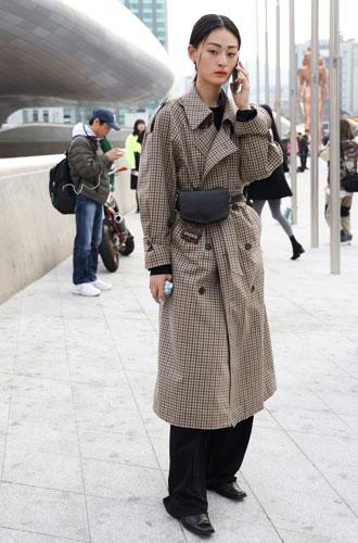 Фото №6 - Как носить бежевый тренч: 8 стильных и нескучных способов