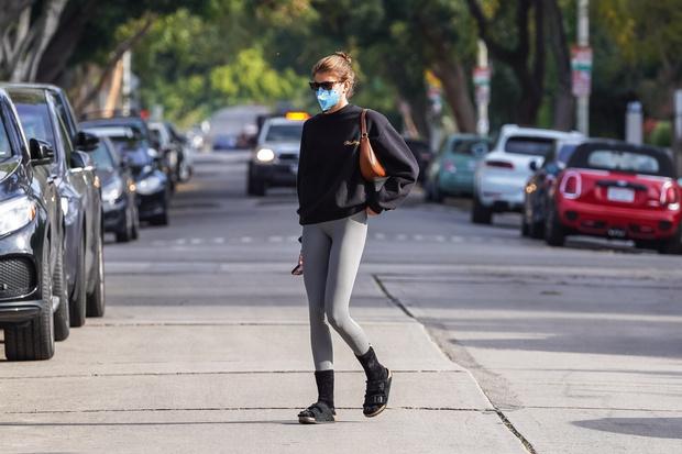 Фото №3 - Как носить спортивные вещи в городе? Учимся у Кайи Гербер