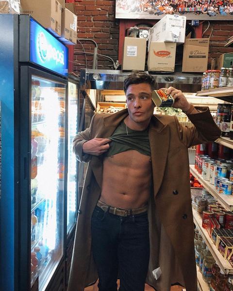 Фото №7 - Красавчик из «Сплетницы» оголился в супермаркете