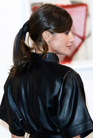 Фото №5 - 10 стильных кожаных платьев, как у королевы Летиции