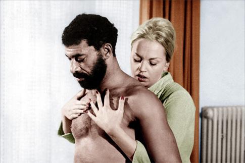 Кадр из фильма «Страх съедает душу»