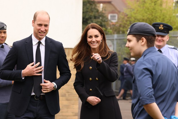 Фото №2 - Смеющаяся Кейт Миддлтон появилась на публике впервые после похорон Филиппа
