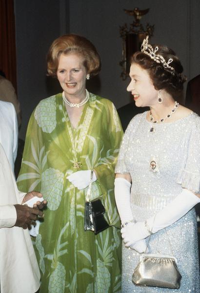 Маргарет Тэтчер умела носить и женственные платья. На фото с королевой Елизаветой Второй