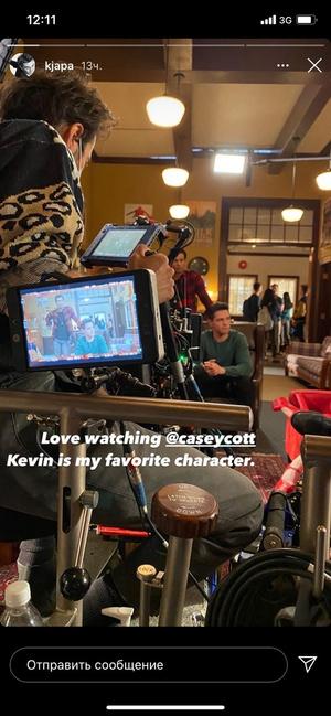 Фото №1 - Кей Джей Апа показал новые кадры со съемок «Ривердейла»