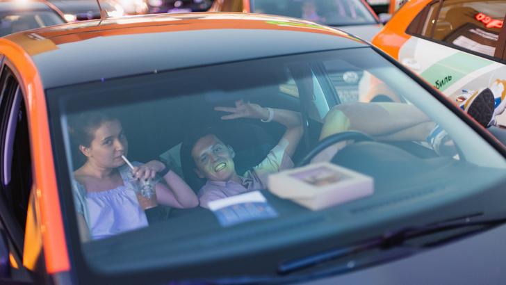 Зрители в автомобиле кинотеатра под открытым небом drive-in